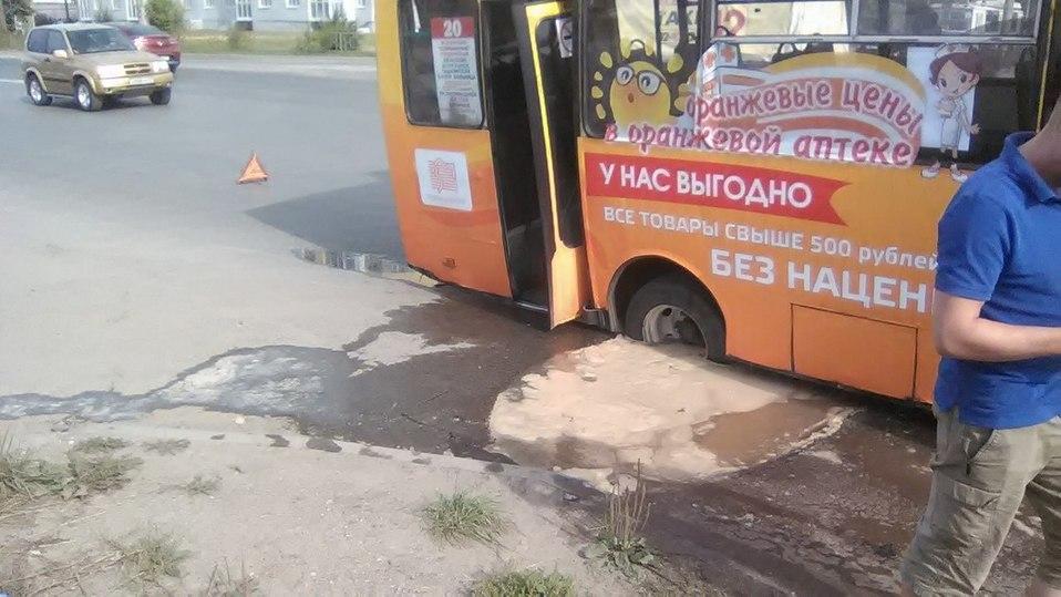 В Сети появилось фото автобуса в Иваново, который провалился под землю