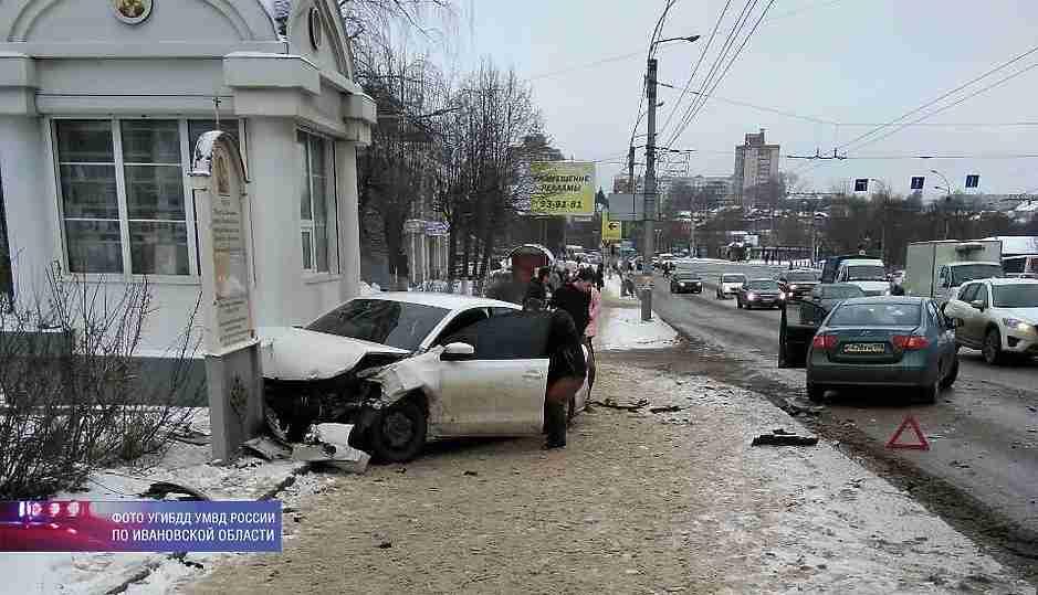 ВИванове машина сбила 2-х пешеходов иврезалась вхрам